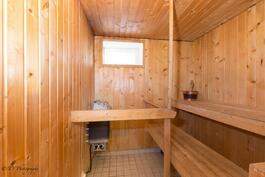 Kylpyhuoneen yhteydessä oleva sauna