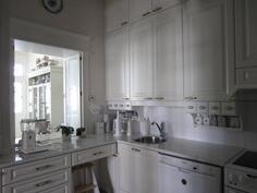 keittiöstä ikkuna ruokasaliin