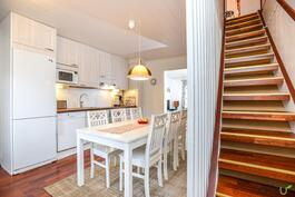 Kauniit portaat johdattavat keittiöstä yläkertaan
