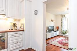 Olohuoneesta on suora yhteys kodikkaaseen keittiöön.