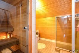 Kylpytilan yhteydessä on myös sauna