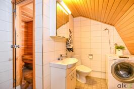 Yläkerran kylpyhuoneessa on kodin toinen wc ja pyykkihuolto.