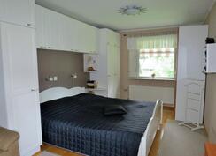 Iso makuuhuone jaettavissa kahdeksi huoneeksi.