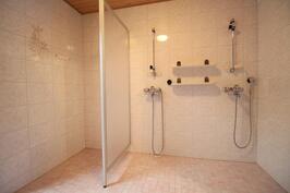 Iso kylpyhuone kahdella suihkulla