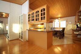 Keittiön ja olohuoneen jakaa välitilan kaapisto