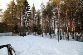 Takapihan luminen maisema, tontin nurkalla rakennuslupa valmiina pienelle varastolle