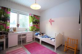 Mukavan kokoinen huone lasten leikeillekin