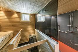 Taloyhtiön saunatilat ovat kuin kuuden tähden hotellissa.