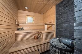 Puulämmitteisessä saunassa varaus sähkökiukaalle