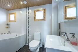 Erillisessä kylpyhuoneessa poreamme