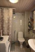 laatoitettu suihku/wc tila sisällä