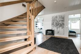 Eteisaula, josta portaikko yläkertaan.