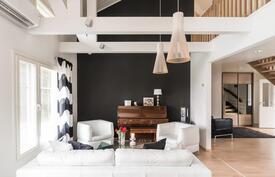 Olohuone, joka korkeaa tilaa yläkerran aulatilaan.