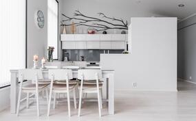 ruokailutila olohuoneen ja keittiön välillä