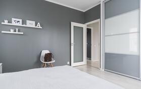 makuuhuone 1, jossa korkeat liukuovikaapistot