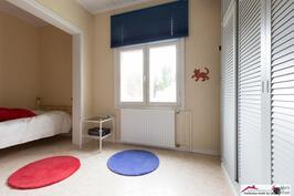 Alkovillinen makuuhuone, yläkerta