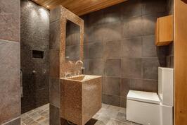 Suurempi kylpyhuoneessa on kaksi suihkua