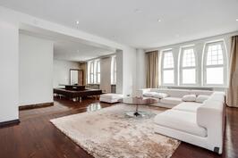 Vaaleat pinnat, tunnelmalliset ikkunalaudat ja mäntylautalattiat on iso osa huoneiston suunnittelua