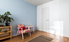 Makuuhuoneen yhteydessä myös vaatehuone.