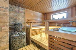 Kaunis sauna, jossa puulämmitteinen kiuas