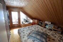 yläkerran makuuhuoneparvi jossa parveke