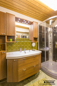 Alakerran wc.stä löytyy talon kolmas suihku