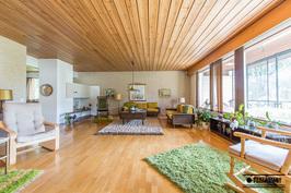 Iso, valoisa ja tunnelmallinen olohuone...