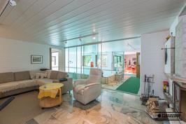 Takkahuoneen ja uima-allastilan lattiat ovat Lapin marmoria.