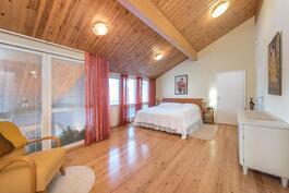 Todella tilava makuuhuone, josta osa ikkunoista olohuoneeseen.