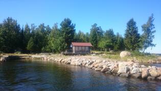 Suojaisa venesatama ja rantapaviljonki /Skyddad hamn med pirar och strandpalviljong