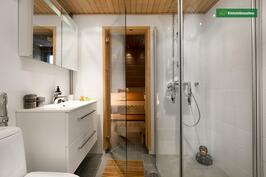 Yläkerran kylpyhuone/sauna
