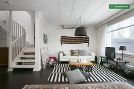 Olohuone ja kaunis portaikko yläkertaan