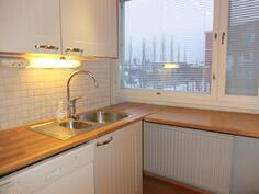 Keittiössä on hyvin työskentelytasoja ja ikkunat tuomassa valoa
