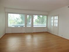 Olohuone on valoisa ja todella tilava. Kauniit lasiovet vievät makuuhuoneeseen.
