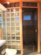 Saunan seinät  ja ovi ovat tyylikkäästi lasiset