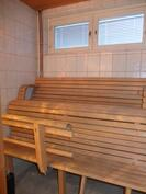 Saunassa on muotolauteet ja ikkunat tuomassa luonnonvaloa