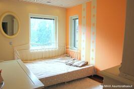 Alakerran kolmas makuuhuone