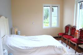 Yläkerran ensimmäinen makuuhuone