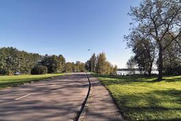 Rauhallinen puisto ja ranta