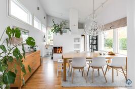 Ruokailuhuone ja keittiö