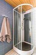 Suihkutilassa suihkukaappi