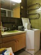 Kylpyhuoneen yhteydessä paikka pesukoneelle
