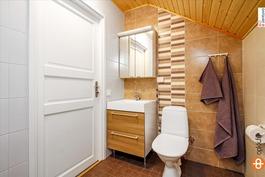 Yläkerran wc, jossa on valmius suihkukaapille