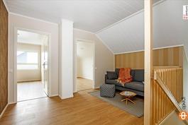 Yläkerran aula ja näkymää kahteen makuuhuoneeseen