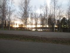 Näkymä taloyhtiön parkkipaikalta Päijänteen Majutv