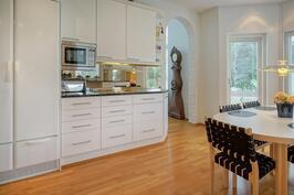 Vaalea moderni keittiö kutsuu kokkaamaan