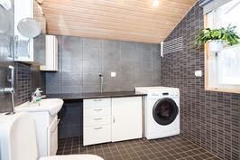 makuuhuoneiden viereisessä kylpyhuoneessa myös wc ja kodintoitotilat