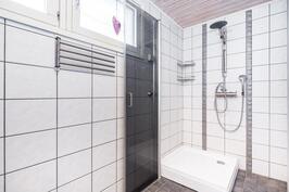 saunan vieressä oleva kylpyhuone