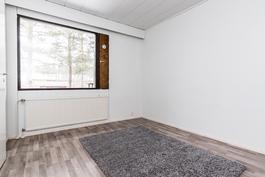 Makuuhuoneet on myös saaneet täysin uuden ilmeen kodin pintaremontin myötä..