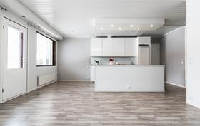 Olohuoneen ja keittiön välistä on käynti kodin suurelle etelän suuntaiselle terassialueelle..